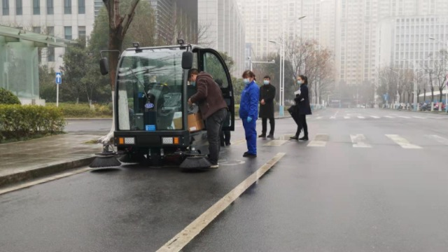 驾驶式扫地机雨天该不该用?