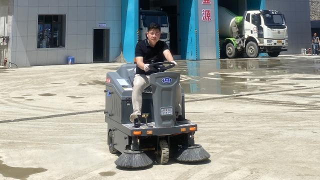 电动扫地车解决混凝土搅拌站清洁难题