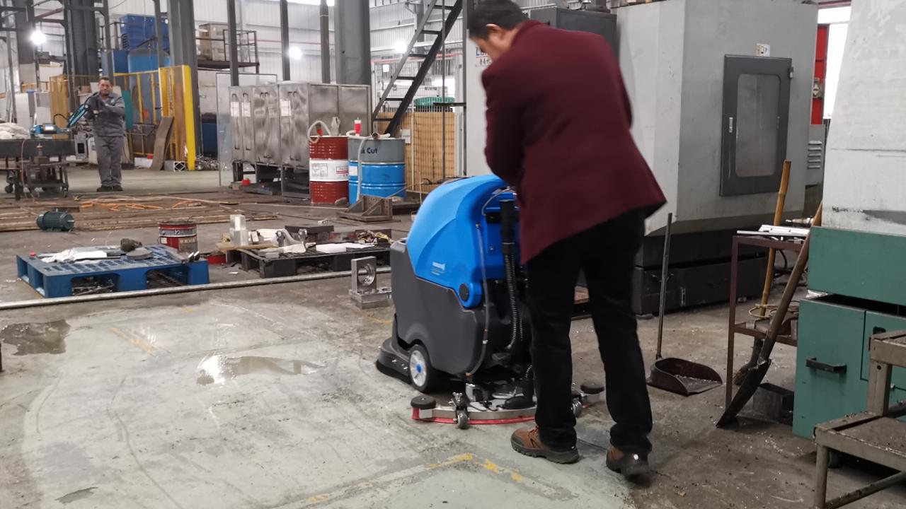 手推全自动洗地机轻松清除工厂重油污