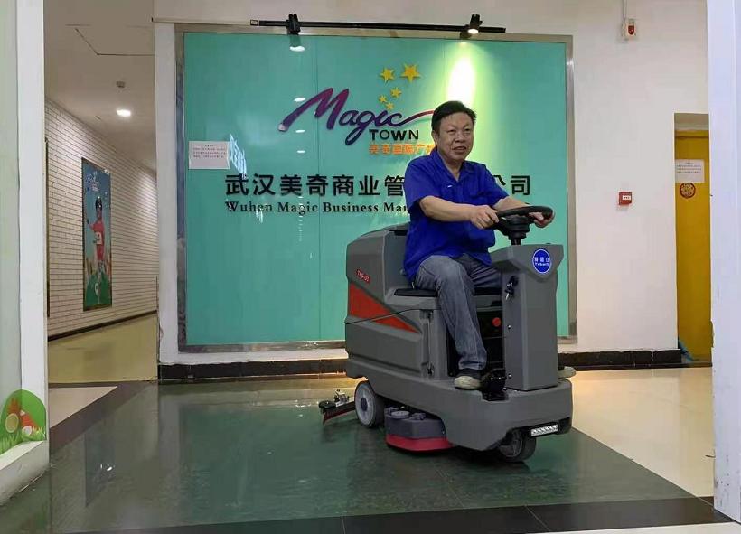 特佰仕驾驶式洗地机