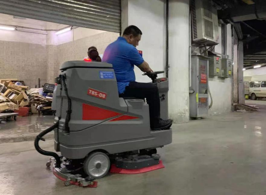 特佰仕D8驾驶式洗地机