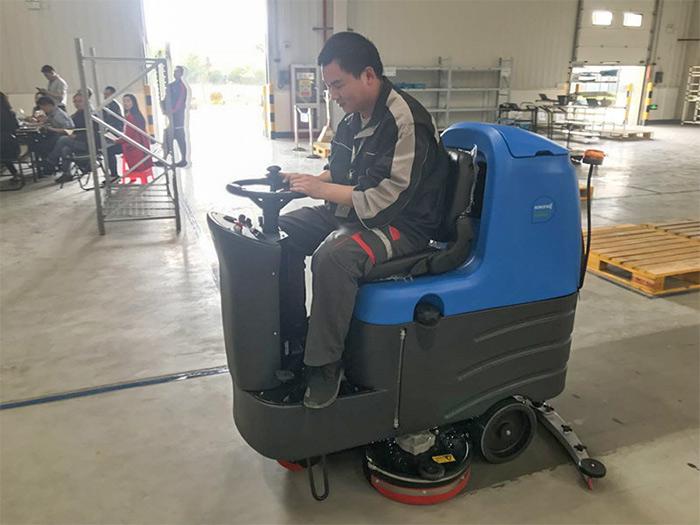 容恩R125BT85驾驶式洗地机进驻湖北顺丰速运